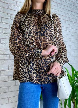 Леопардовая блузка коричневая под горло на золотых пуговицах