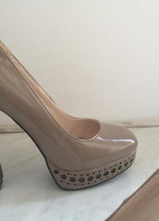 Оригинальные лаковые туфли