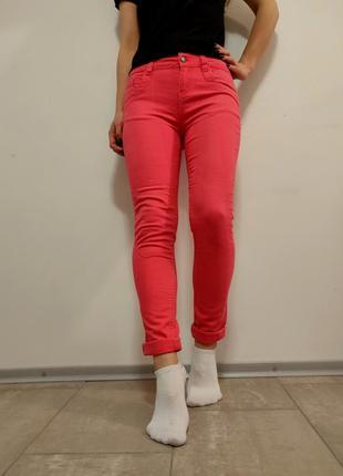 Красивые яркие джинсы розовый персик