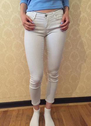 Белые штаны в мелкую полосочку