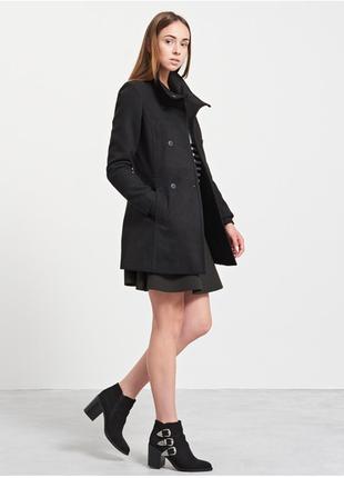 Брендовое черное демисезонное пальто с карманами reserved этикетка