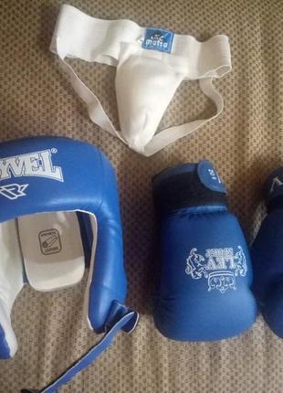Защитный шлем и перчатки для бокса или карате
