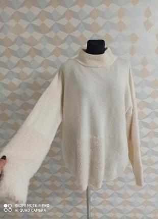 Стильный актуальный теплый бежевый  свитер с вставками нити травки