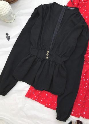 Черная блуза с воланом и глубоким декольте
