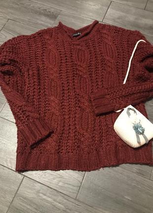 Объёмный крупной вязки свитер большого размера