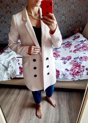 Удлинённый пиджак платье пиджак пудровый двубортный