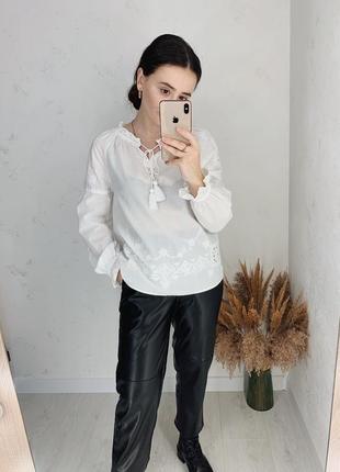 Белая блуза с прошвы вышивкой от tu