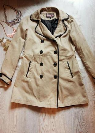 Бежевый тренч пальто макинтош с черными кожаными вставками длинное светлое деми