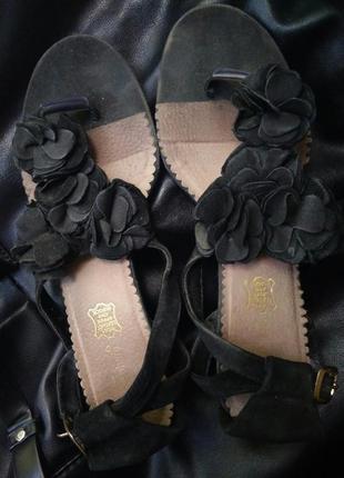 Босоножки черные сандали на небольшой танкетке с цветами замшевые