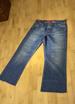Очень модные широкие женские джинсы-трубы.