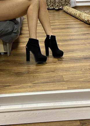 Красивые удобные ботинки на каблуке