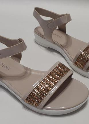 Бежевые женские сандалии (босоножки) с золотистой вставкой
