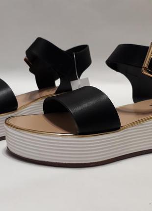 Черные женские босоножки (сандалии), подошва с золотистой окантовкой
