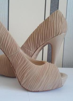 Бежевые туфельки с открытым носочком