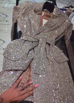 Шикарное серебристое платье с паетками
