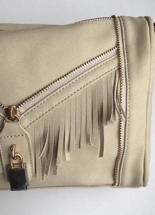 Скидка! трендовая сумка средняя замшевая светлая с бахромой и длинной ручкой