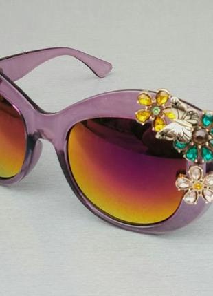 Женские солнцезащитные подиумные с цветами в камнях сиреневые зеркальные