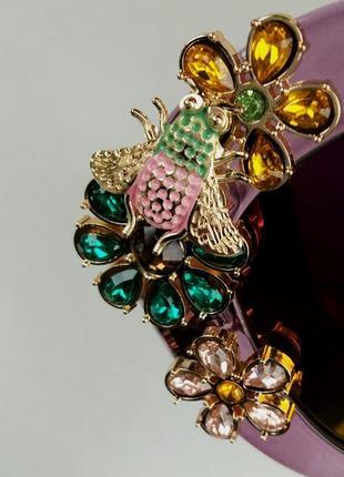 Женские солнцезащитные подиумные с цветами в камнях сиреневые зеркальные9 фото