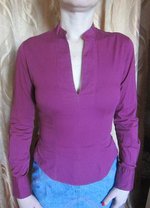 Блузка приталенная с воротником стойка и длинными рукавами с боку на молнии