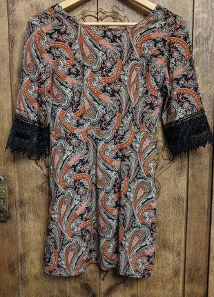 Платье с кружевом на рукавах