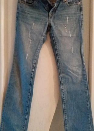 Голубые прямые джинсы с вышивкой бисером.