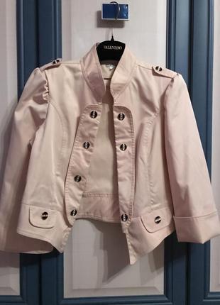 Короткий пиджак.