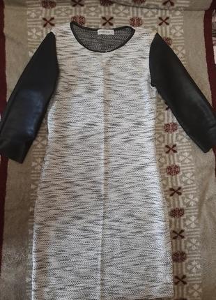 Платье с кожаными рукавами