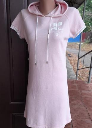 Пудровое платье с капюшеном