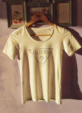 Белая футболка guess