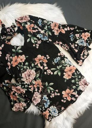 Чёрная блуза в цветочный принт с вырезами на  рукавах