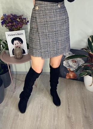 Короткая асимметричная юбка черная в коричневую клетку