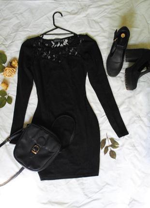 Короткое черное платье с кружевом