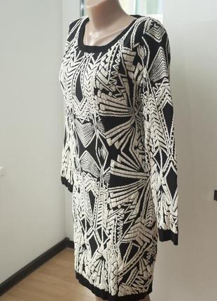 Теплое хлопковое трикотажное платье с геометричным принтом и золотистой нитью.