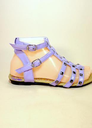Босоножки сандали лёгкие на низком ходу летние. сиреневые и белые.