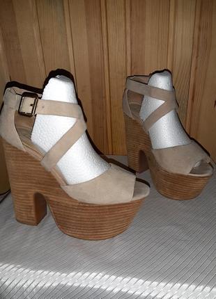 Бежевые замшевые босоножки на высоком каблуке и толстой подошве