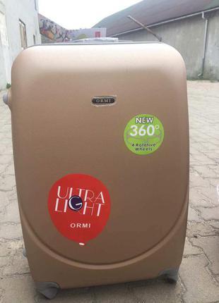 Середня валіза пластикова шампань золотиста средний пластиковый чемодан