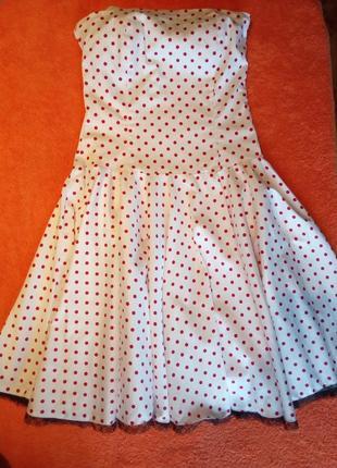 Платье в горошек с голыми плечами