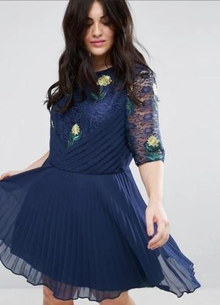 Кружевное платье с вышивкой миди р.22
