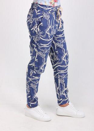 Хит этого сезона джинсовые штаны, брюки-принт цепи