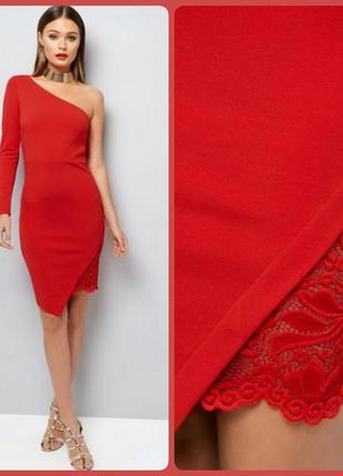 Элегантное красное платье с кружевом на одно плечо