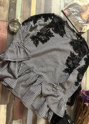 Шикарная блуза с вышивкой , рюшом снизу и на рукавах ,блузка с пуговицами сзади new look