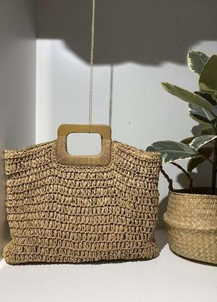 Соломенная сумка на деревяной ручке