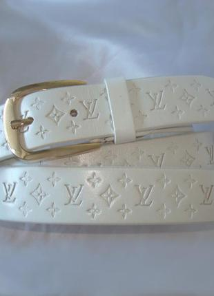 Модный белый кожаный ремень