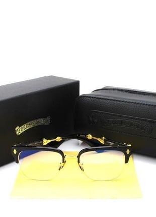 Прозрачные очки с фиолетовым переливом в черной оправе с золотистыми вставками.