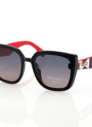 Женские красные солнцезащитные очки.