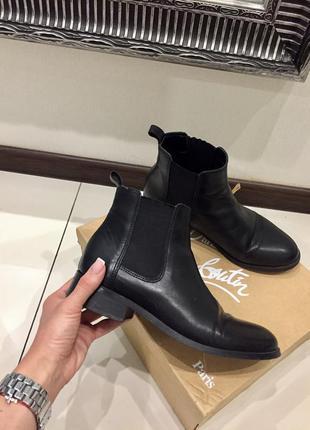 Крутые чёрные натуральные кожаные ботинки zara классика на низком ходу /широкий каблук