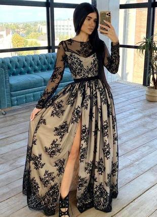 Кружевное длинное вечернее платье в пол из черного кружева на бежевом подкладе с разрезом