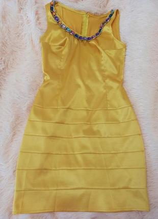 Женское желтое платье со стразами
