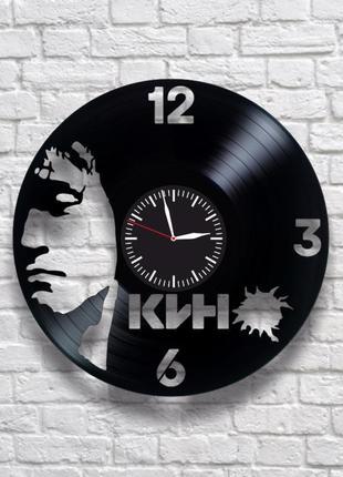 """""""кино виктор цой"""" - настенные часы из виниловых пластинок. уникальный подарок!"""