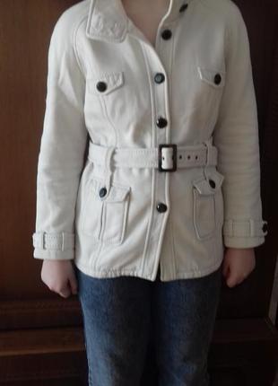 Белая трикотажная куртка